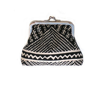 Coin_purse_black_and_white_4